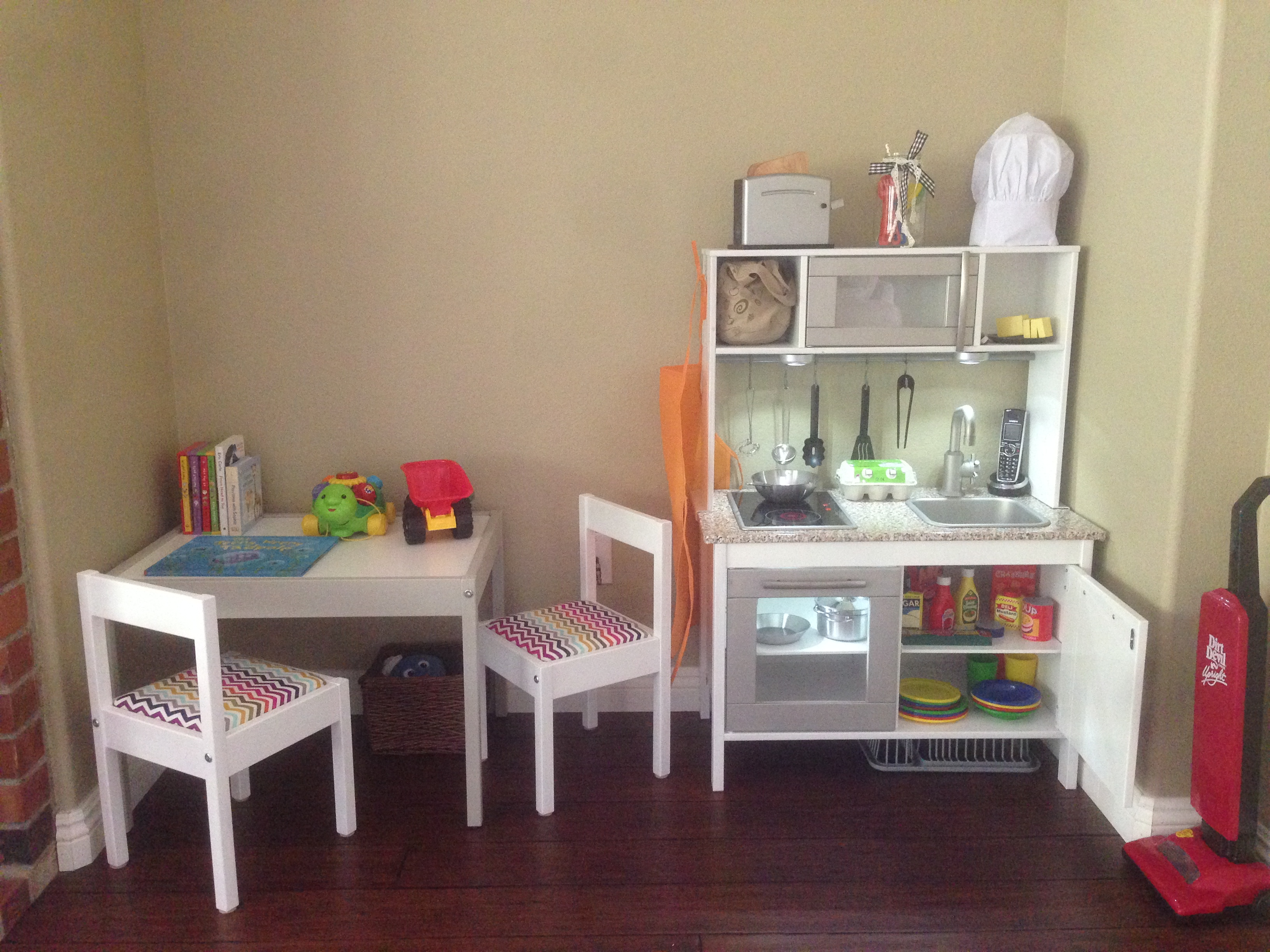 A friend of mine recently posted a hack she did of the Ikea Duktig Play Kitchen. It was SO cute that I begged her for some pictures and instructions to post ...